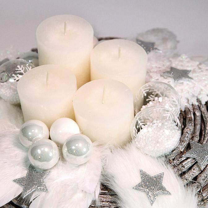 Pompöser, weißer Adventskranz mit Engelsflügeln, weißen Glas-Kugeln, Glas-Kugeln mit Kunst-Schnee befüllt und mit Schneekristallen bemalt, weißen Kerzen, silbernen Sternen, glimmernden Schneekristallen und Kunstfell-Band.