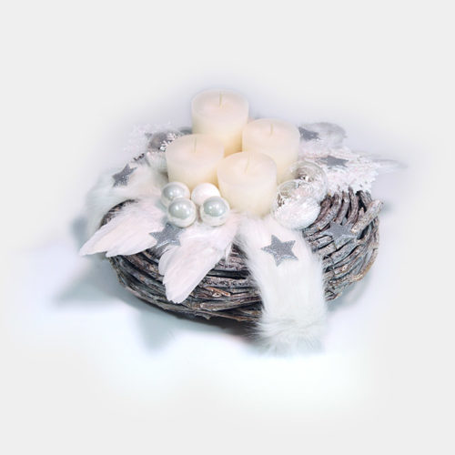 Ein fein gebundener Holz-Rebenkranz, dekoriert mit vier weißen Stumpen-Kerzen, weißen Schneeflocken und Glaskugeln.