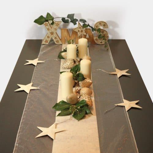 """Festtags-Tischdekoration zu Weihnachten """"XMAS"""" Holzschriftzug mit cremefarbenen Kerzen und Zapfen-Girlande aus Glas"""