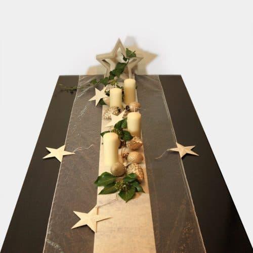 Tischdekoration Weihnachts-Festtafel mit Zement-Stern und cremefarbenen Stumpenkerzen, Glas-Ornament-Girlande und Sternen