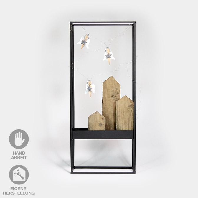 Deko-Rahmen (Metall, Höhe 70cm) mit Holz-Häusern und Wäscheklammer-Engeln