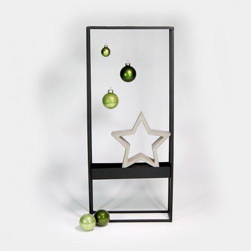 Schwarzer Metall-Rahmen bestückt mit dekorativem Zement-Stern und Glas-Weihnachtskugeln