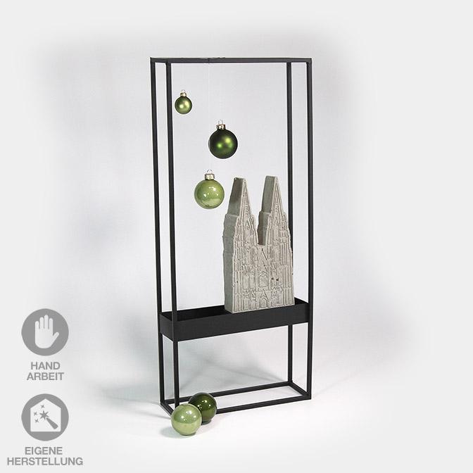 Schwarzer Metall-Rahmen dekoriert mit Kölner Dom aus Beton und hellgrünen Glaskugeln