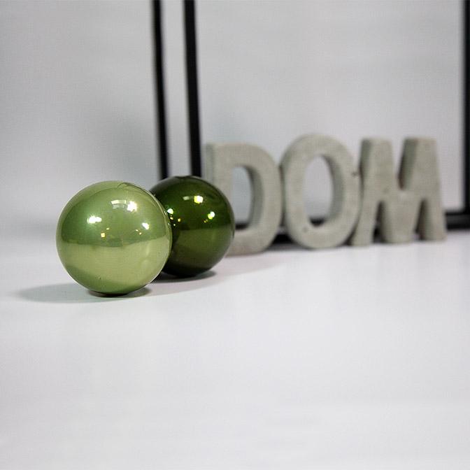 Beton-Buchstaben Dom in Handarbeit gefertigt mit grünen Weihnachtskugeln