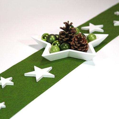 Stern-Schale aus Holz dekoriert mit Zapfen und kleinen Weihnachts-Kugeln. Das ganze präsentiert sich auf einem grünen Filz-Band.