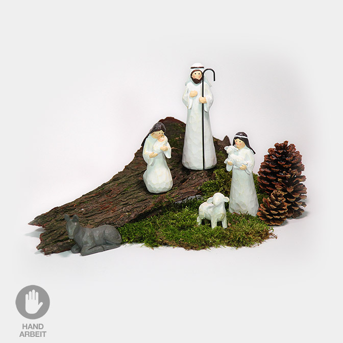 Handgemachte Krippenfiguren (Maria, Josef und Jesuskind, Hirte mit Schafen und Esel) auf einem Stück Rinde. Kombiniert mit Zapfen und Moos.