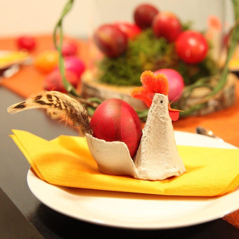 handgefertigte Papier-Henne mit selbst gefärbtem Ei