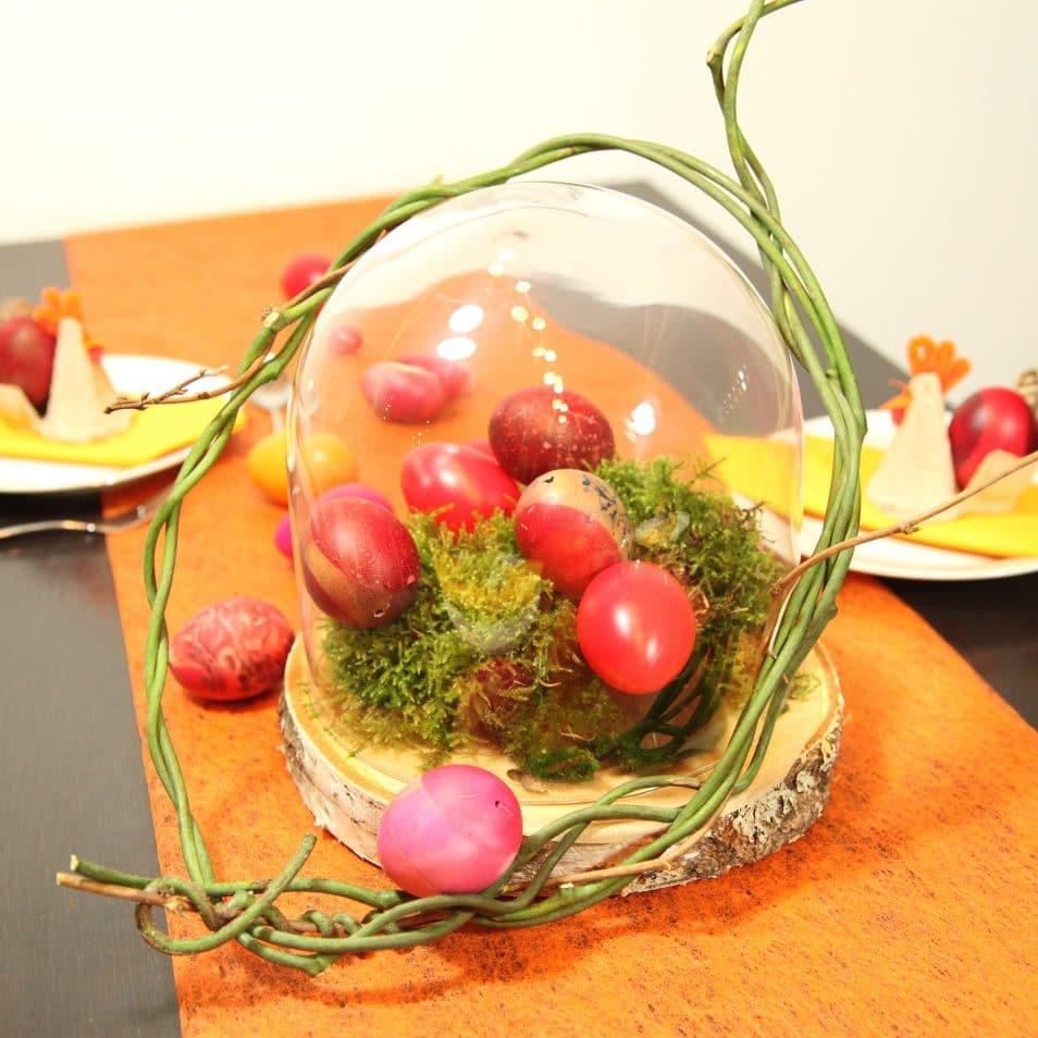 Glasglocke auf Birken-Scheibe mit Moos und Ostereiern