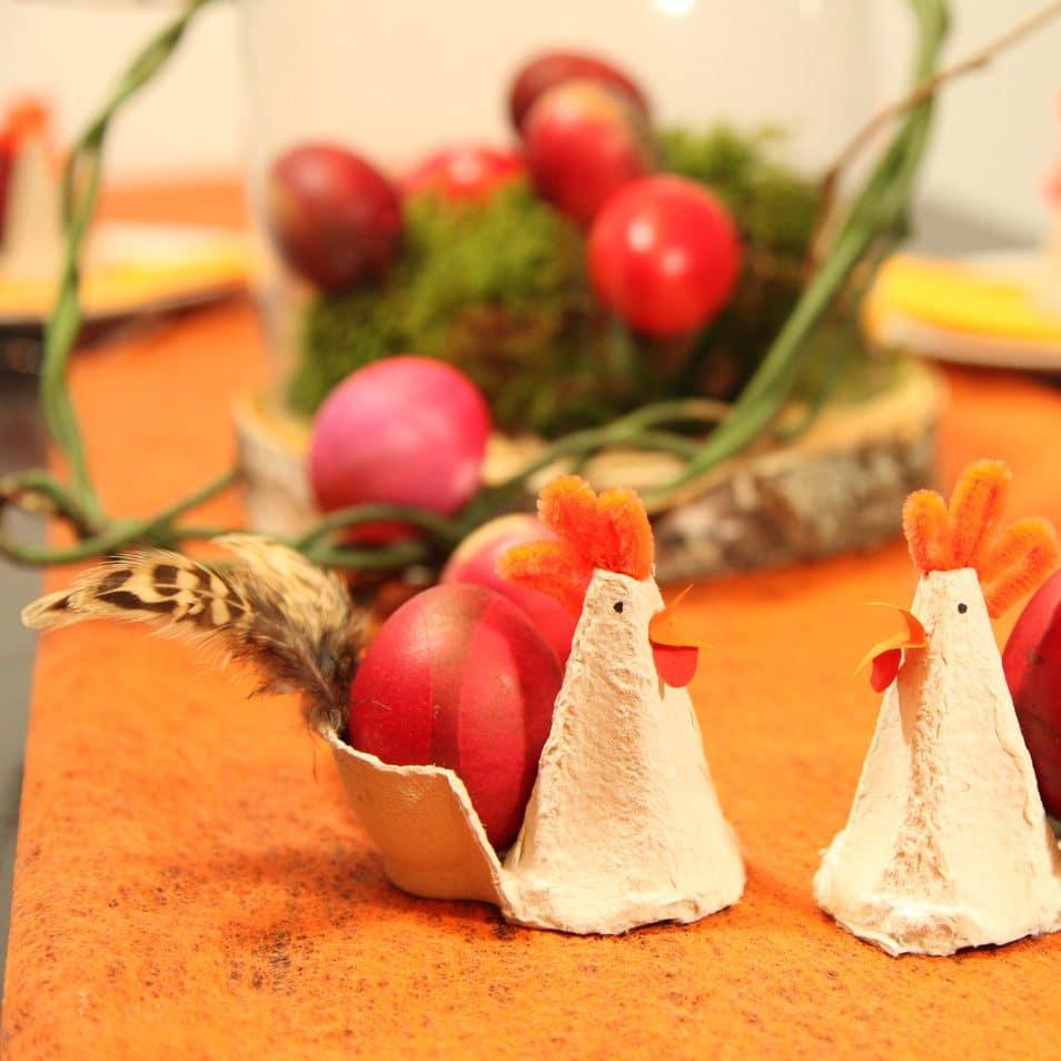 handgefertigte Papier-Hennen mit selbst gefärbtem Ei