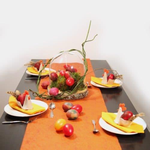 Wunderschöne, orange-rote Ostertafel mit Hennen und Eiern