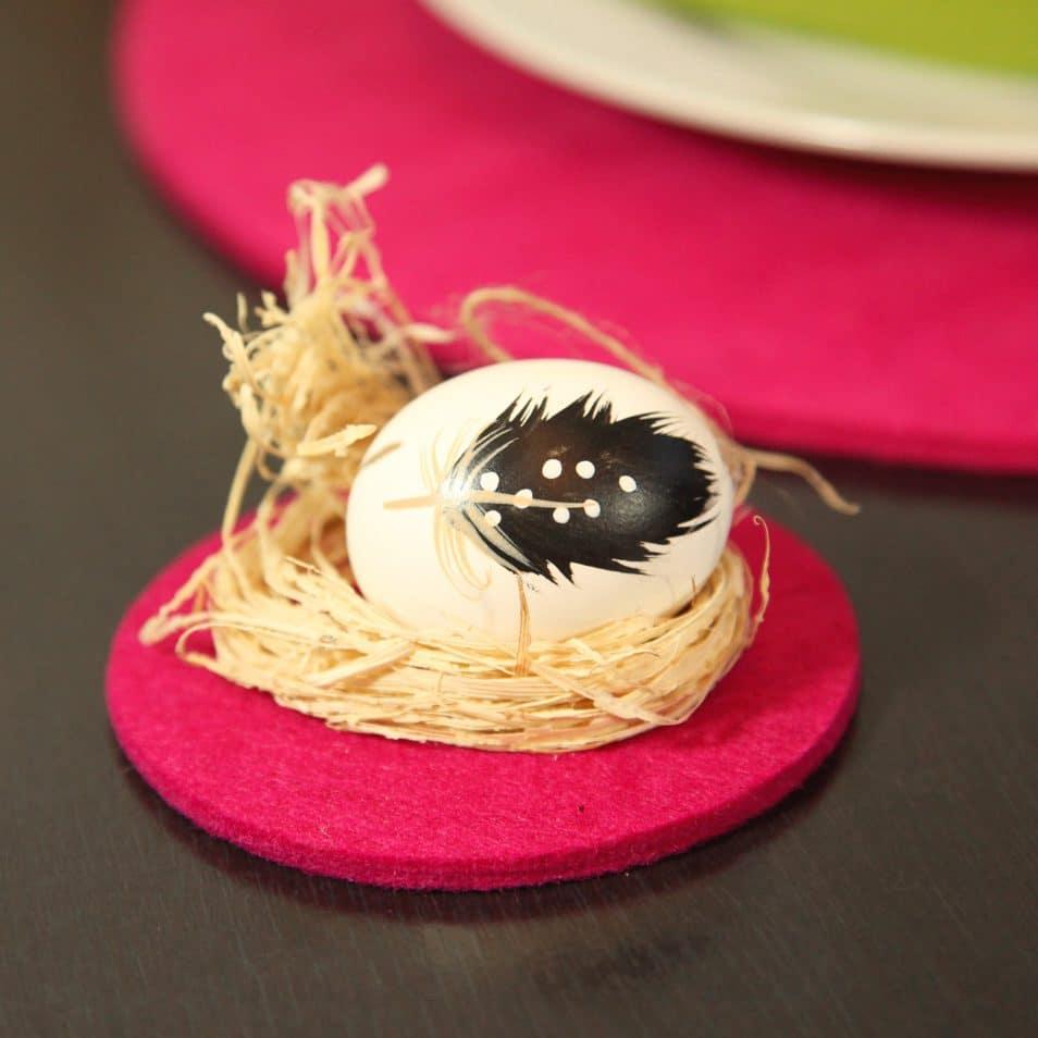 pinker Getränke-Untersetzter aus Filz, Ei im Nest mit Feder bemalt