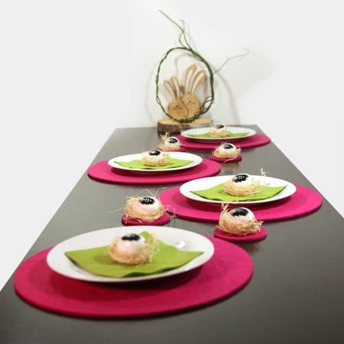 Pink-grüne Ostertafel mit Holz-Osterhasen und Feder-Eiern