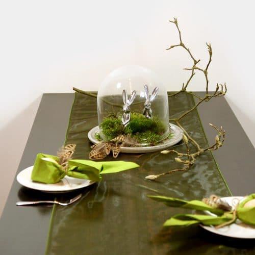 grün-silberne Ostertafel mit Glasglocke, Moos und zwei silbernen Hasen