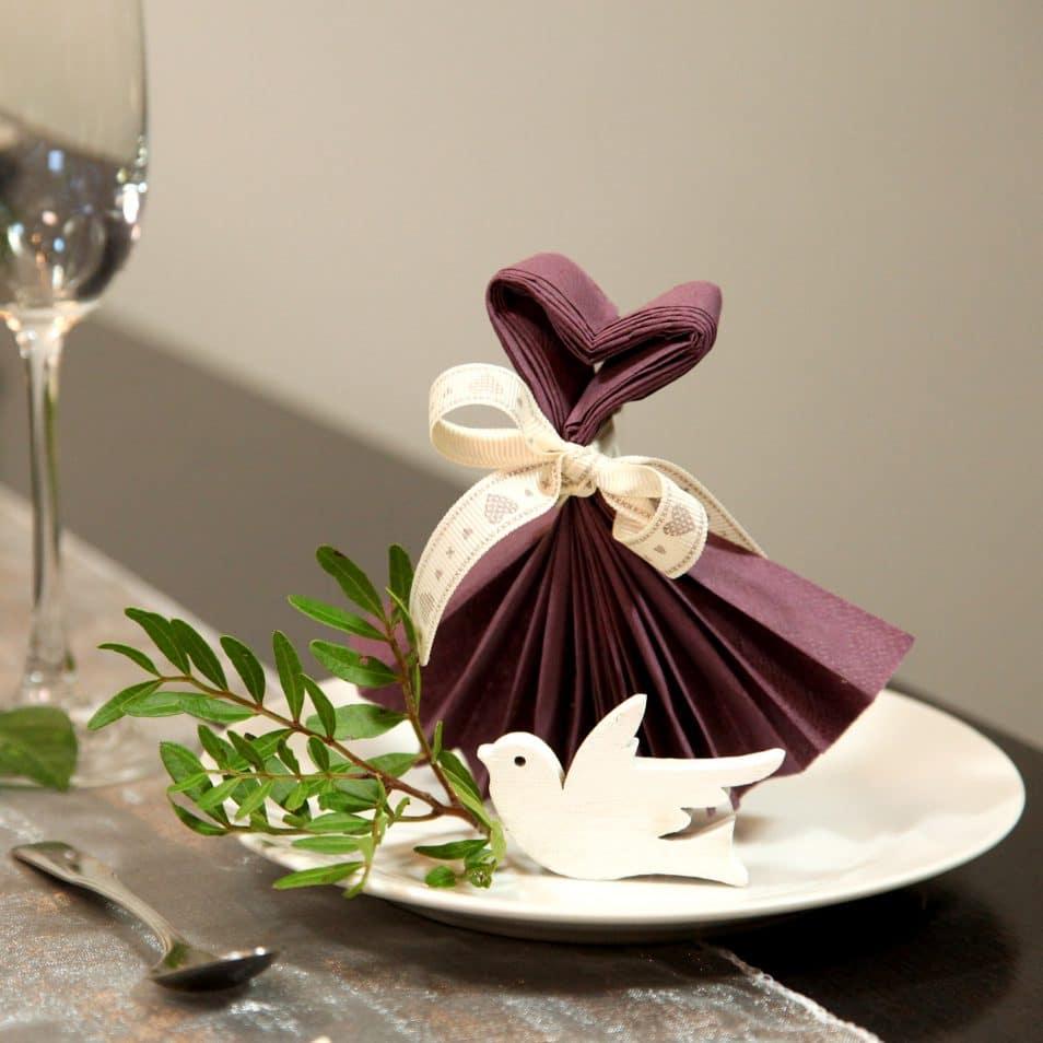 Deko-Set Hochzeitstafel violette Serviette Kleid und Herz mit Taube