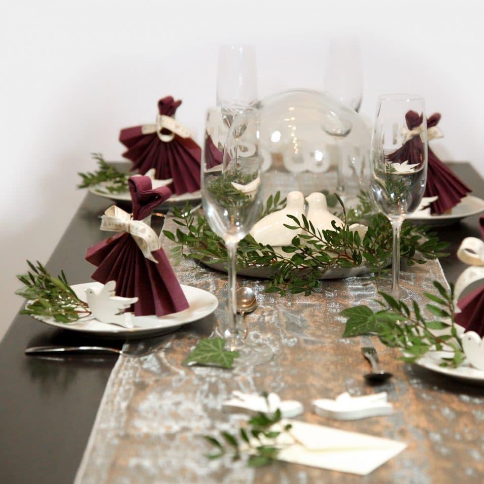 Wunderschöne Hochzeitstafel MRS.&MR. Glasglocke mit Tauben, violette Servietten