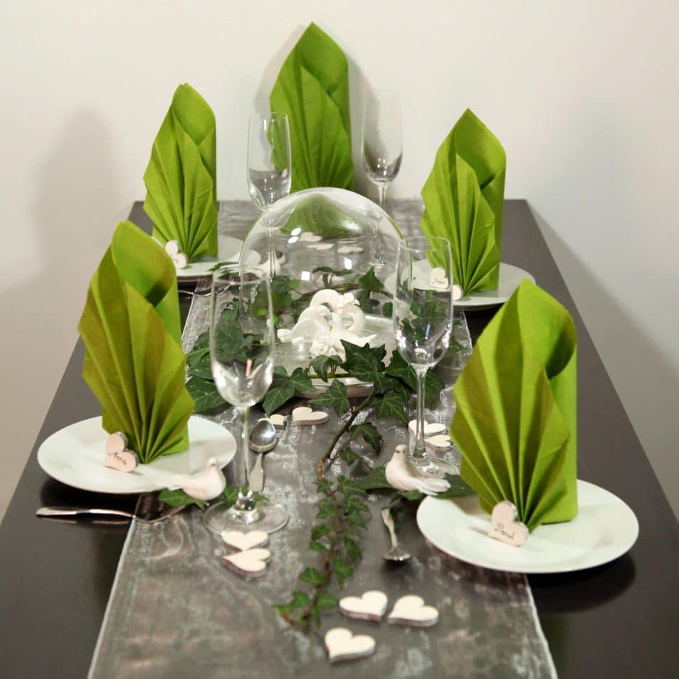 Wunderschöne Hochzeitstafel grün mit Herz-Tauben