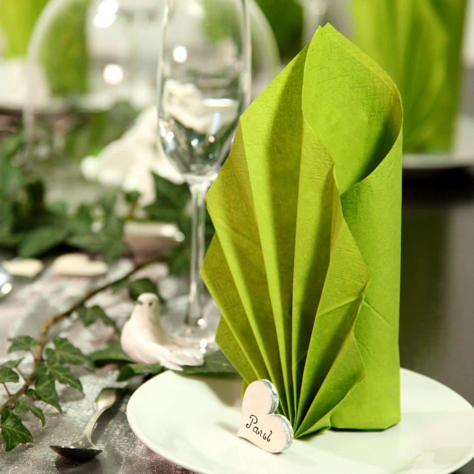 Hochzeitstafel Romantik grüne, elegant gefaltene Serviette