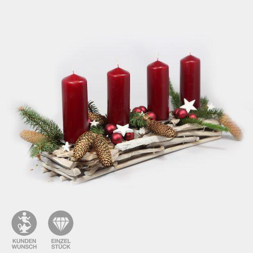 längliches Adventsgesteck mit vier roten Kerzen