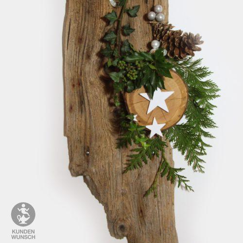 Holzscheibe mit weißen Sternen, Zapfen und Kugeln
